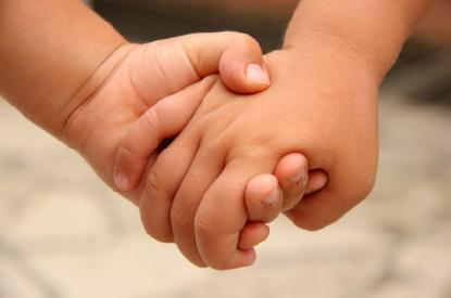 415_Kids_holding_hands